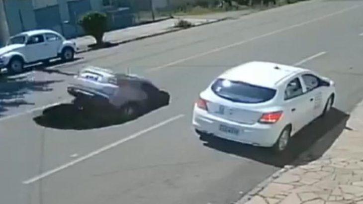 لحظه بلعیده شدن وحشتناک خودروی مسافربری در خیابان + فیلم